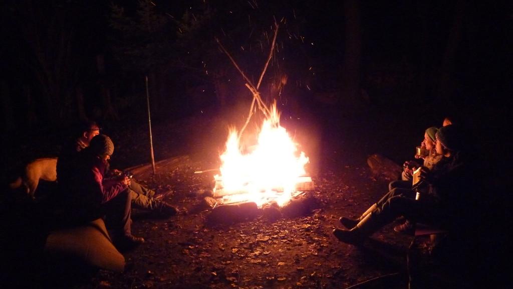 Den Tag am Feuer ausklingen lassen. Was die Nacht wohl bringt...
